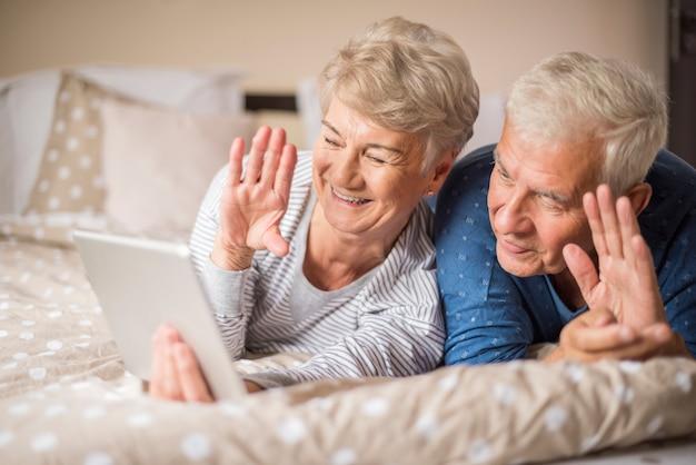 Mariage senior ayant une vidéoconférence