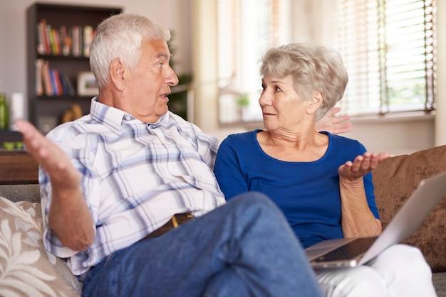 Mariage senior étendant les bras
