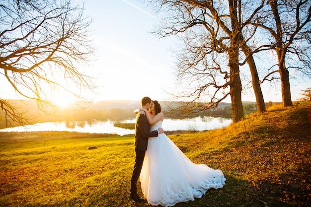 Mariage à tivoli près de rome couple heureux main dans la main