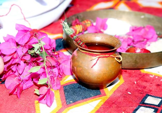 Mariage traditionnel indien thaali au milieu de belles fleurs colorées