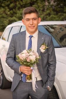 Marié avec bouquet le jour du mariage