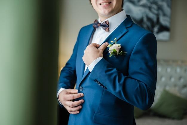 Marié dans une veste bleue veste bleue de jour de mariage