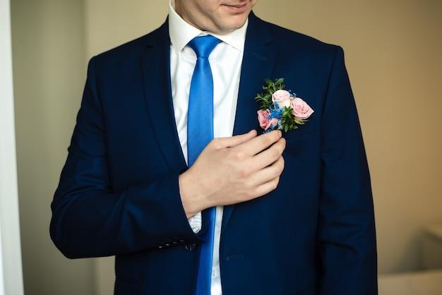 Marié dans une veste un homme dans une veste bleue frais de mariés le jour du mariage
