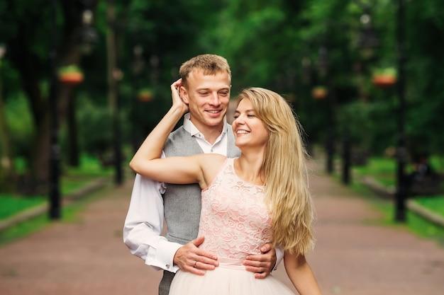 Le marié embrasse la mariée par l'arrière
