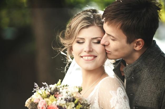 Marié embrasse la mariée portrait gros plan