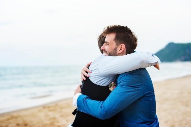 Marié et garçon d'honneur à la plage
