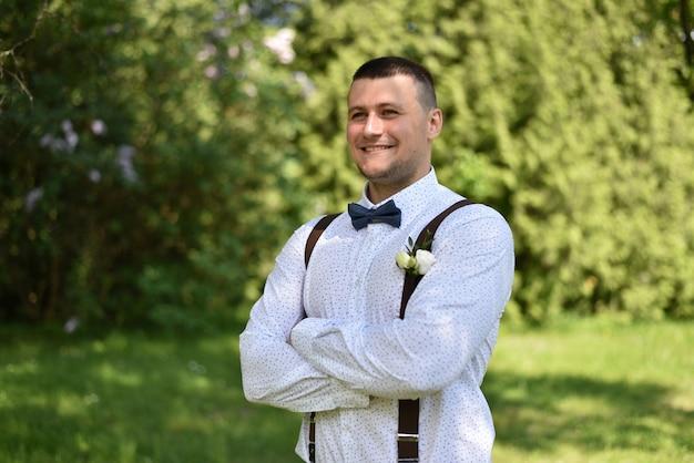 Marié lors d'un mariage dans un parc verdoyant