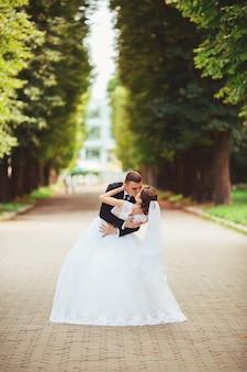 Le marié et la mariée dans la ville le jour de leur mariage
