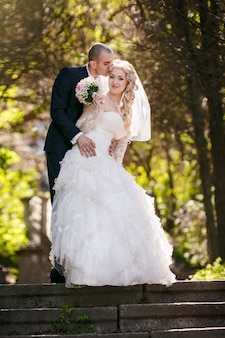 Le marié et la mariée lors d'une promenade le jour de leur mariage