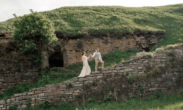 Marié, mariée, mariage, voûte, tenue, mains, vert, paysage