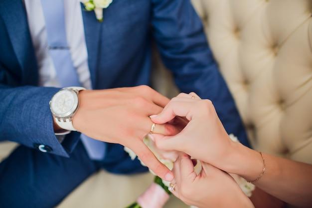 Le marié et les mariées mains avec anneaux, vue rapprochée.