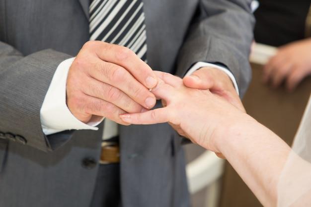Marié mettre une bague au doigt de son épouse charmante épouse