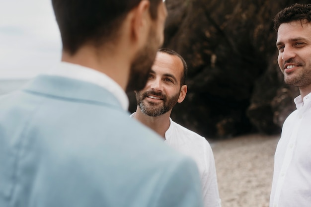 Le marié parle avec ses meilleurs hommes
