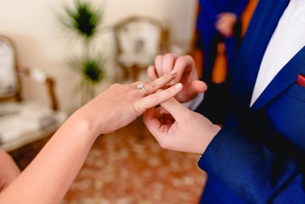 Marié plaçant un anneau de demande à sa fiancée