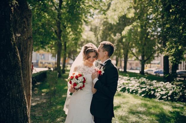 Marié romantique embrasser la mariée