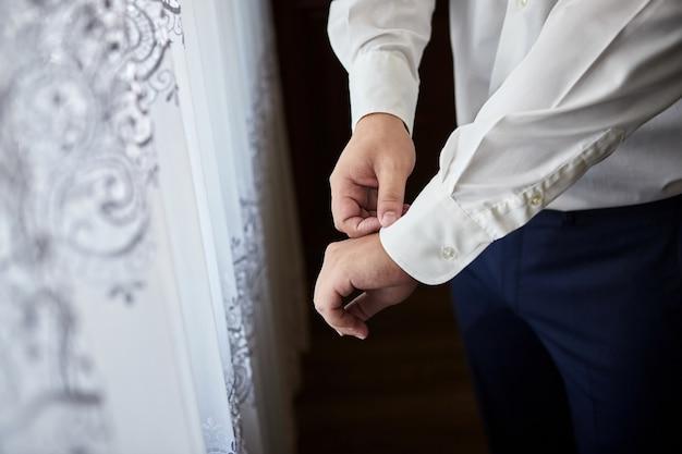 Marié se prépare le matin avant la cérémonie de mariage