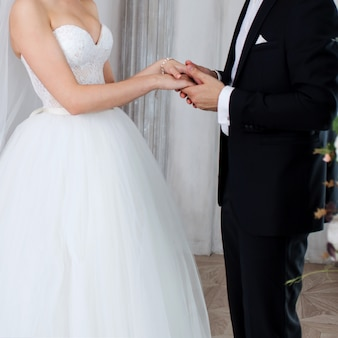 Le marié tient la main de la mariée, voeux de mariage.