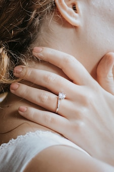 Une mariée avec une alliance