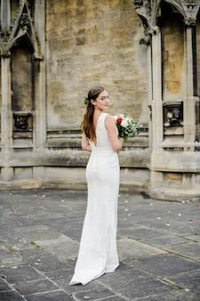 Mariée attendant à l'extérieur de l'église