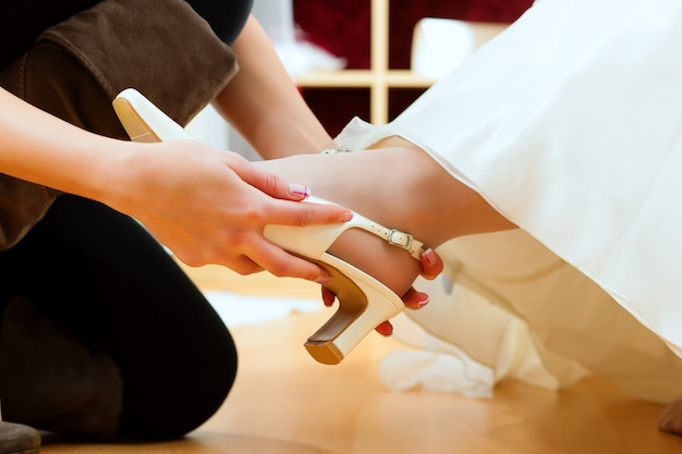 Mariée au magasin de vêtements pour robes de mariée