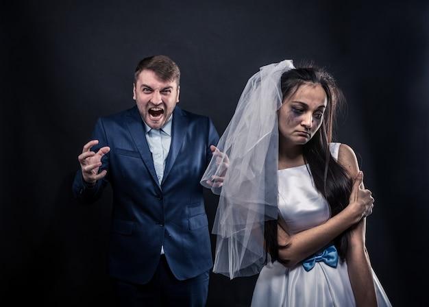 Mariée au visage en larmes et au terrible marié brutal