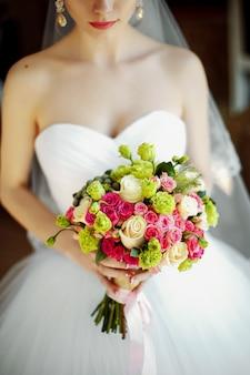 Mariée beau bouquet romantique de fleurs diverses