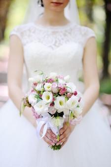 Mariée avec un bouquet dans les mains