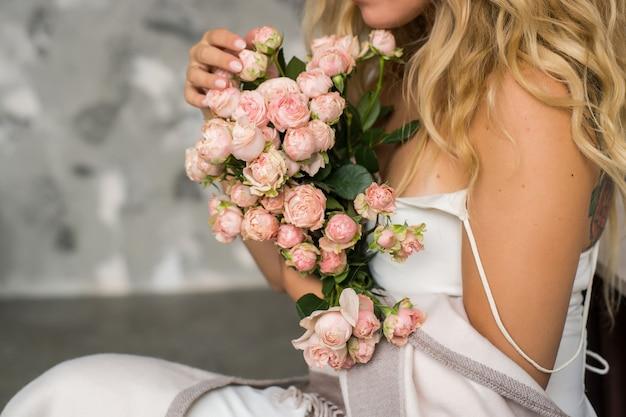 Mariée avec bouquet de fleurs nofaces