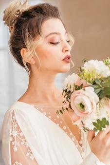 Mariée avec bouquet de fleurs