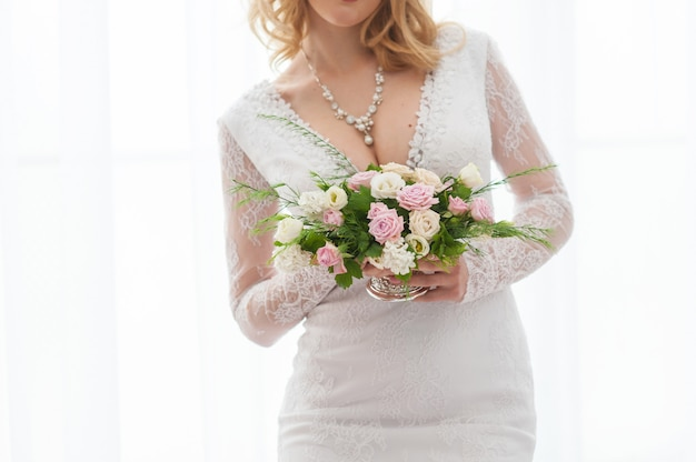 Mariée avec un bouquet de mariée en mains