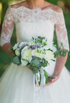 Mariée avec bouquet de mariée.