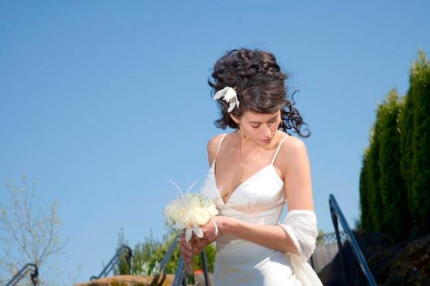 Mariée avec bouquet regardant vers le bas
