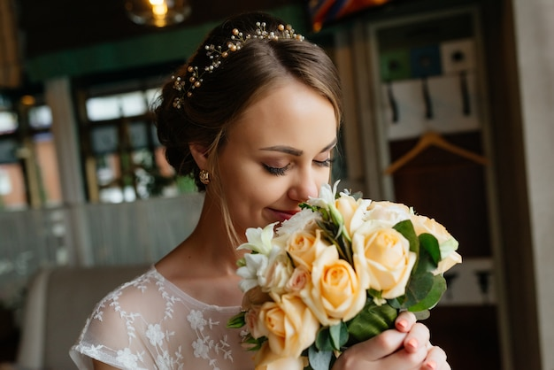 Mariée avec un bouquet, souriant. portrait de mariage de la belle mariée. mariage. jour de mariage.