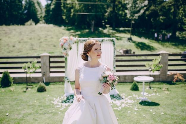 Mariée avec un bouquet