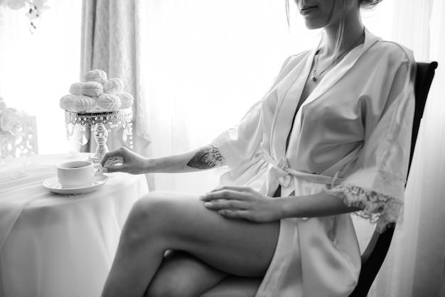 Mariée buvant un cappuccino sur fond de nappes peintes