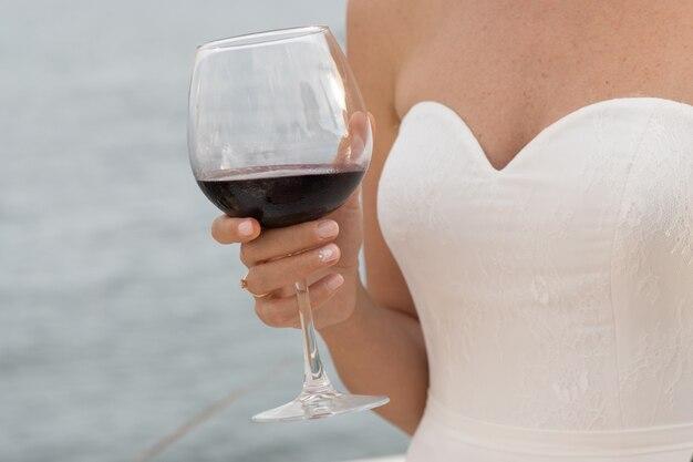 Une mariée buvant du vin rouge