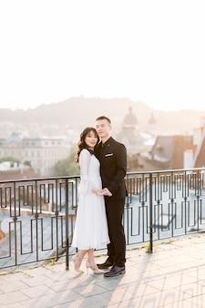 Mariée chinoise avec marié sur le toit du bâtiment