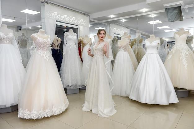 Mariée dans la boutique de mariage
