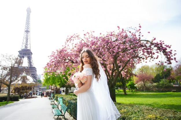 Mariée dans une luxueuse robe de mariée à paris