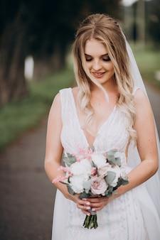 Mariée dans un parc en automne