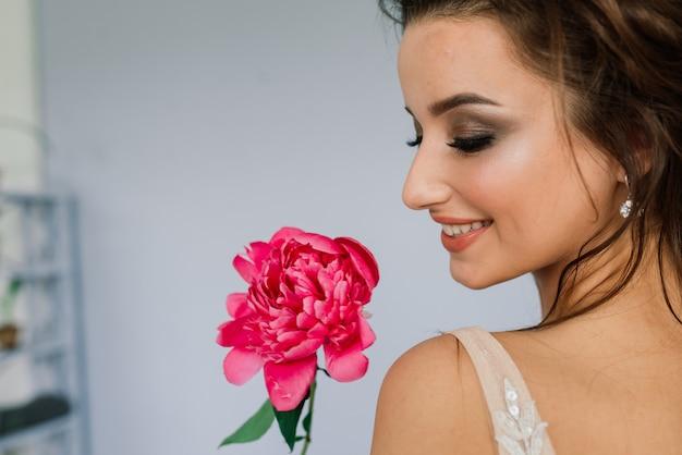 Mariée dans une robe de mariée blanche à l'intérieur d'une villa lors d'un mariage. matin de la mariée.