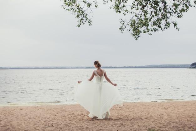Mariée, debout, lac, côte