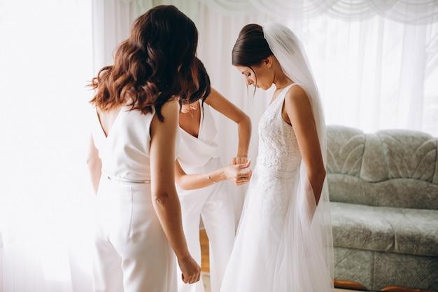 Mariée avec demoiselles d'honneur se préparant pour le mariage