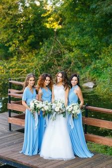 Mariée avec demoiselles d'honneur