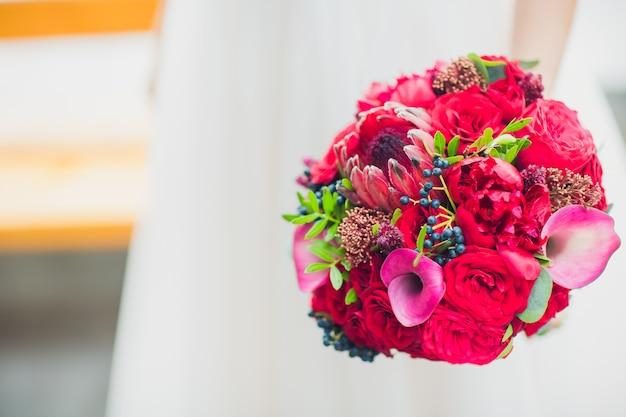 La mariée détient un beau bouquet de mariée. couleur.