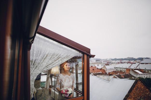 Mariée élégante dans un hôtel
