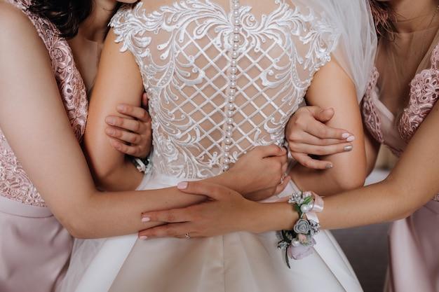 La mariée embrasse ses demoiselles d'honneur