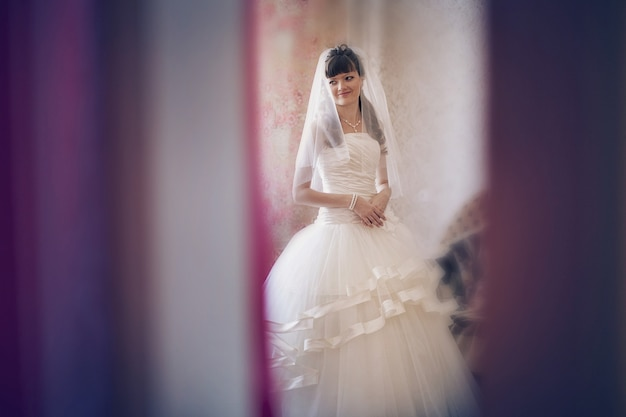 La mariée essaye une robe de mariée. mode de mariage