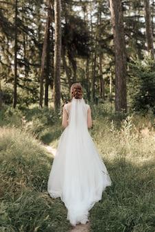 Mariée à l'extérieur dans le parc