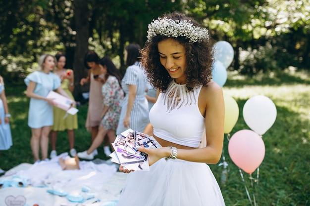 La mariée de fête de poule doit déballer des cadeaux